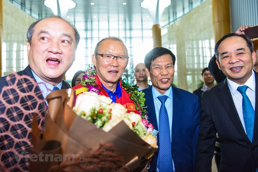 [ẢNH] Tuyển Việt Nam về nước trong sự chào đón cuồng nhiệt của người hâm mộ - 8