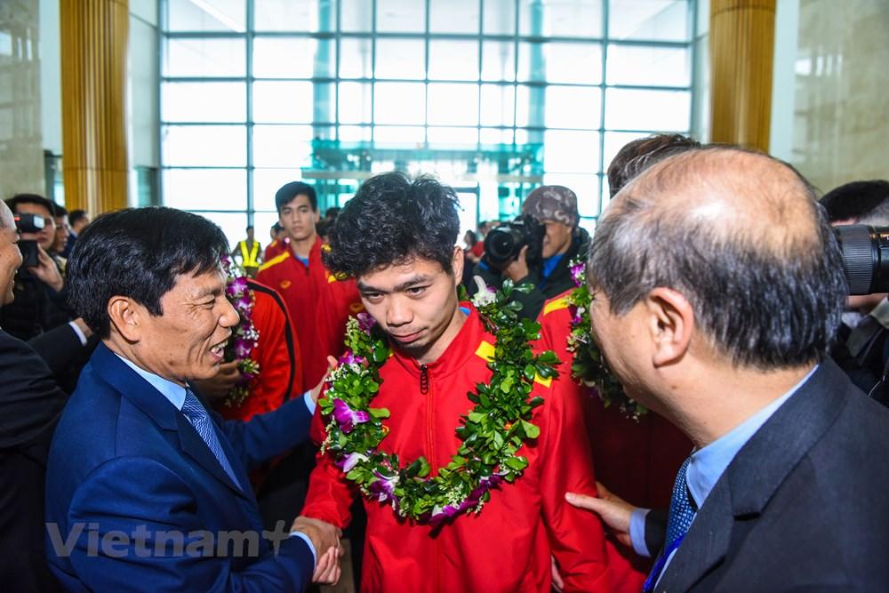 [ẢNH] Tuyển Việt Nam về nước trong sự chào đón cuồng nhiệt của người hâm mộ - 9