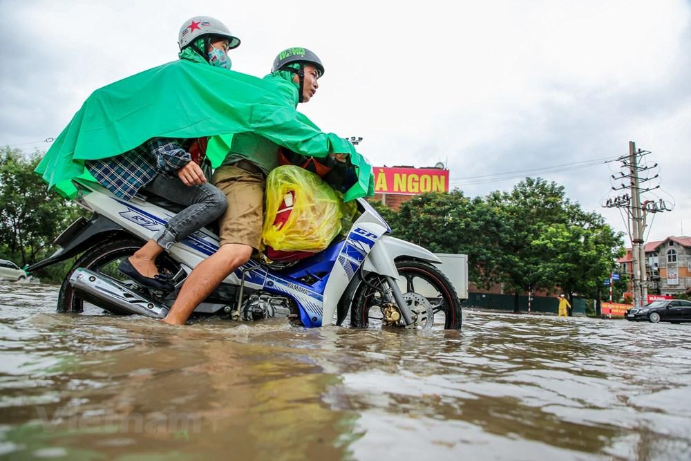 [ẢNH] Đại lộ Thăng Long ngập nặng sau cơn mưa lớn do bão số 3 - 10
