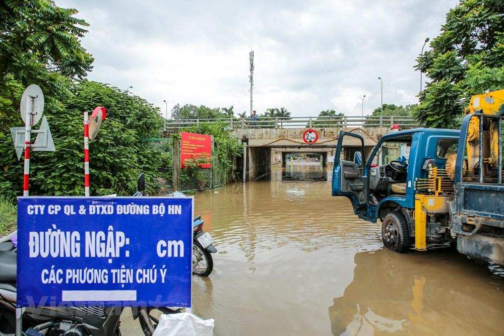 [ẢNH] Đại lộ Thăng Long ngập nặng sau cơn mưa lớn do bão số 3 - 11