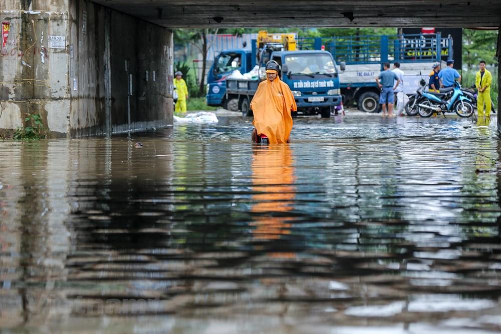 [ẢNH] Đại lộ Thăng Long ngập nặng sau cơn mưa lớn do bão số 3 - 12
