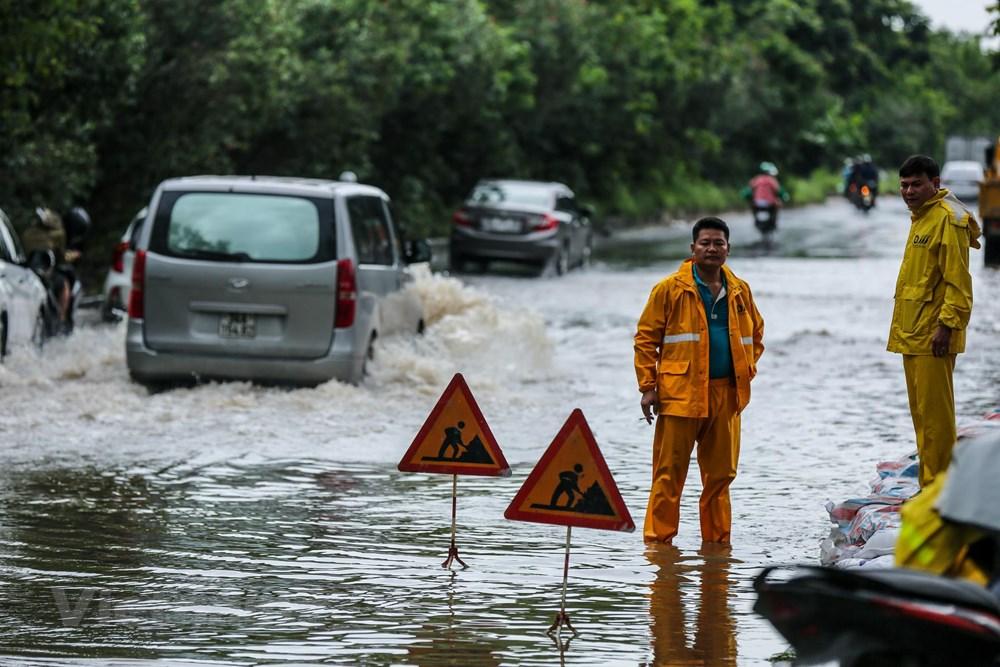 [ẢNH] Đại lộ Thăng Long ngập nặng sau cơn mưa lớn do bão số 3 - 13