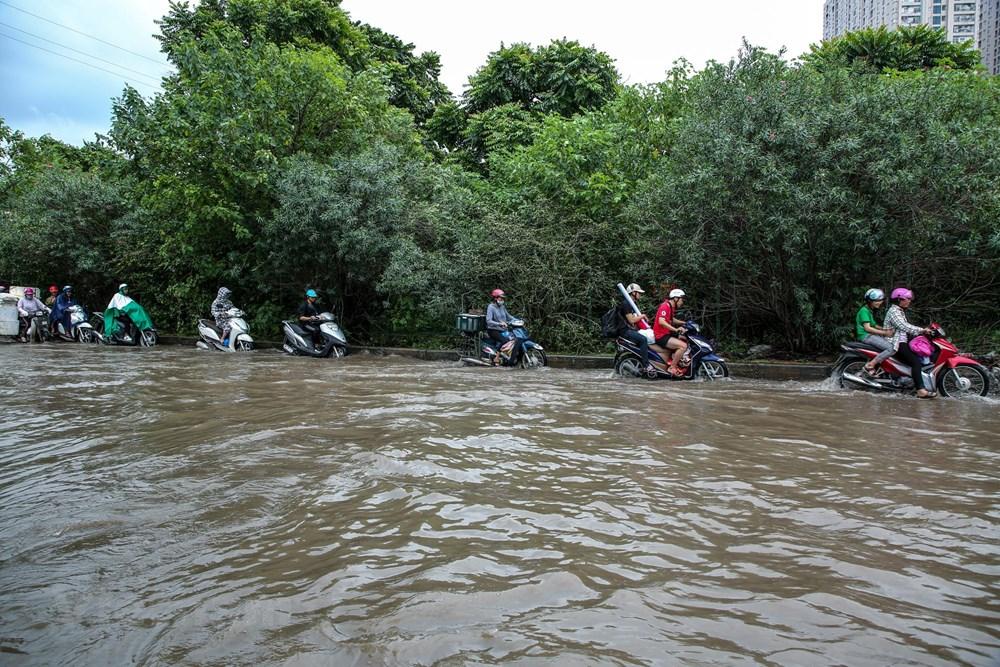 [ẢNH] Đại lộ Thăng Long ngập nặng sau cơn mưa lớn do bão số 3 - 1