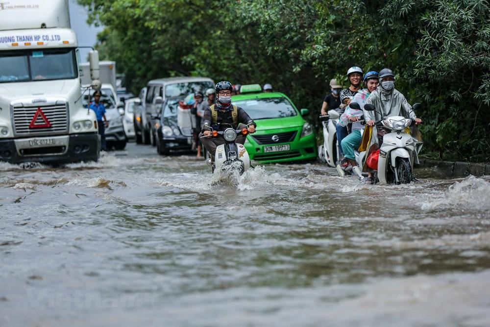 [ẢNH] Đại lộ Thăng Long ngập nặng sau cơn mưa lớn do bão số 3 - 2