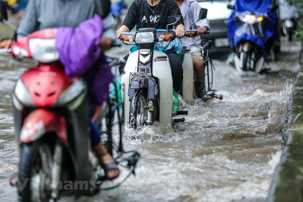 [ẢNH] Đại lộ Thăng Long ngập nặng sau cơn mưa lớn do bão số 3 - 3