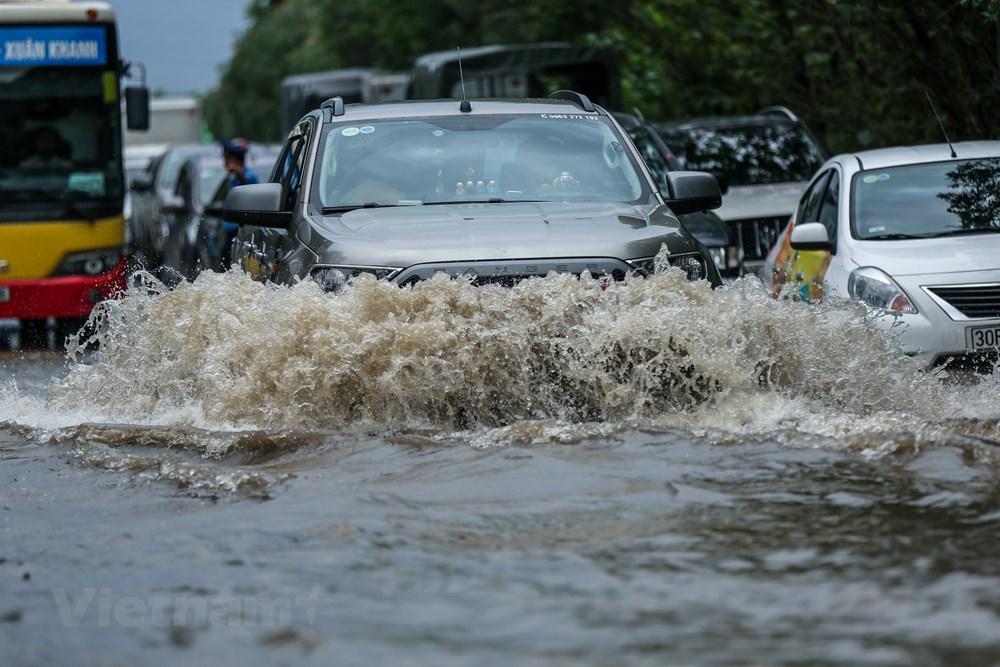 [ẢNH] Đại lộ Thăng Long ngập nặng sau cơn mưa lớn do bão số 3 - 4