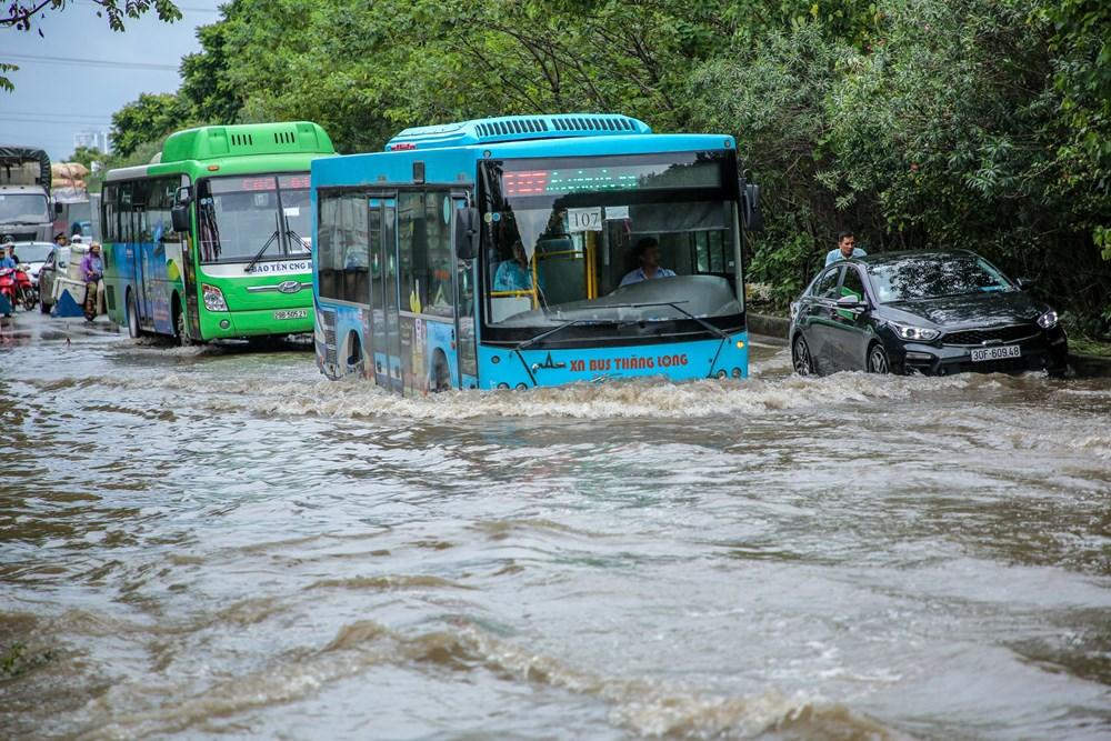 [ẢNH] Đại lộ Thăng Long ngập nặng sau cơn mưa lớn do bão số 3 - 5