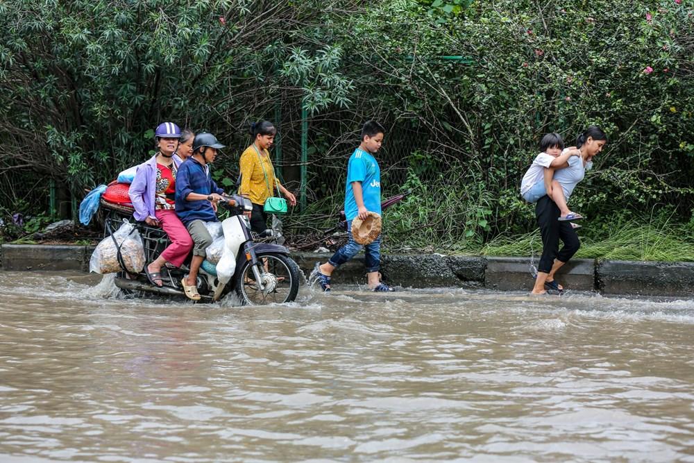[ẢNH] Đại lộ Thăng Long ngập nặng sau cơn mưa lớn do bão số 3 - 6