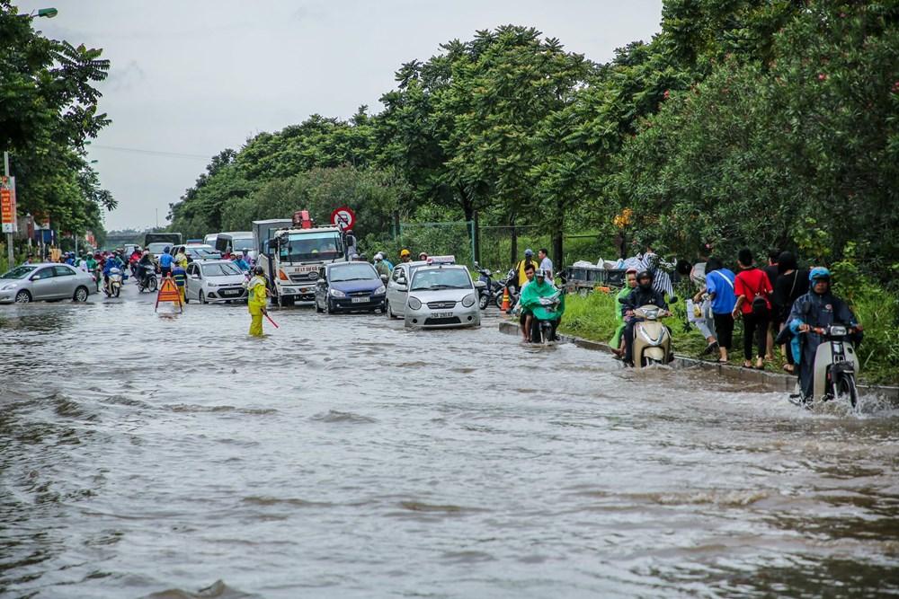 [ẢNH] Đại lộ Thăng Long ngập nặng sau cơn mưa lớn do bão số 3 - 7