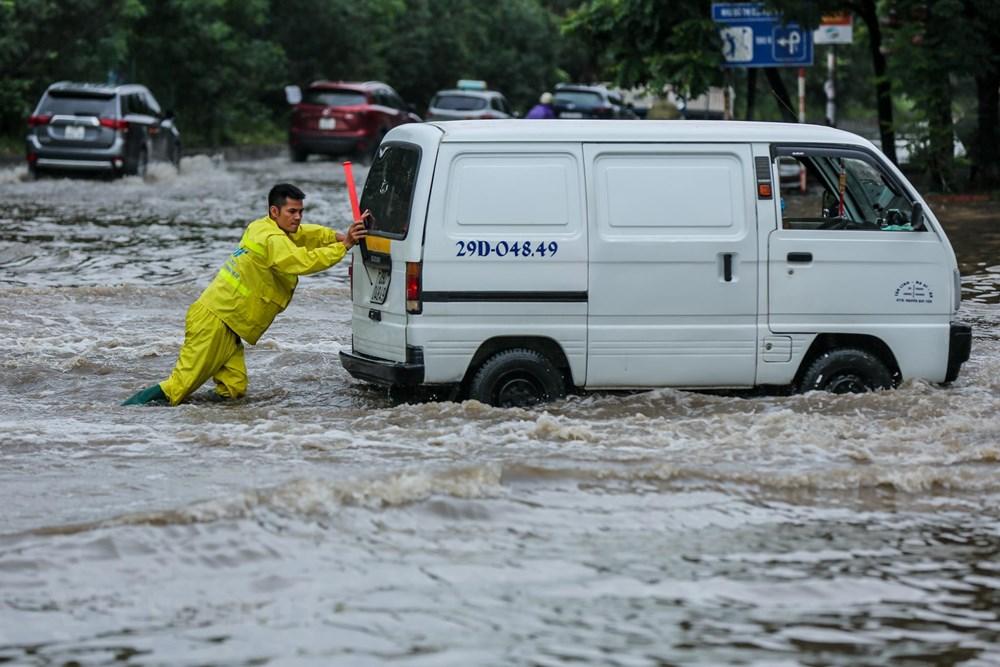 [ẢNH] Đại lộ Thăng Long ngập nặng sau cơn mưa lớn do bão số 3 - 8
