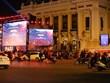 Người dân Hà Nội đổ xuống đường cổ vũ đội tuyển bóng đá trước giờ G