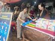 Người phụ nữ kiên trì đưa túi nylon tự hủy vào chợ truyền thống