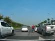 [Video] Hai xe ôtô lạng lách, kèn cựa nhau trên đường cao tốc
