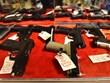 [Video] Người Mỹ gốc Á đổ xô đi mua súng phòng thân
