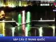[Video] Cây cầu bất ngờ đổ sập, 2 xe ôtô rơi thẳng xuống sông