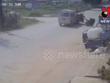 [Video] Xe ôtô chạy tốc độ cao đâm gãy đôi một xe máy kéo