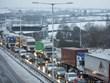 Giao thông ở Anh ảnh hưởng nghiêm trọng do mưa bão, băng tuyết