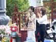 Người dân Hà Nội tụ tập cúng vái ngoài cổng đền, chùa ngày mồng Một