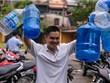 Dân Thủ đô huy động xô chậu lấy nước miễn phí ở nhà máy nước Hạ Đình