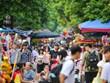 Người dân ''quên'' đeo khẩu trang, vô tư dạo phố Hàng Mã đón Trung Thu
