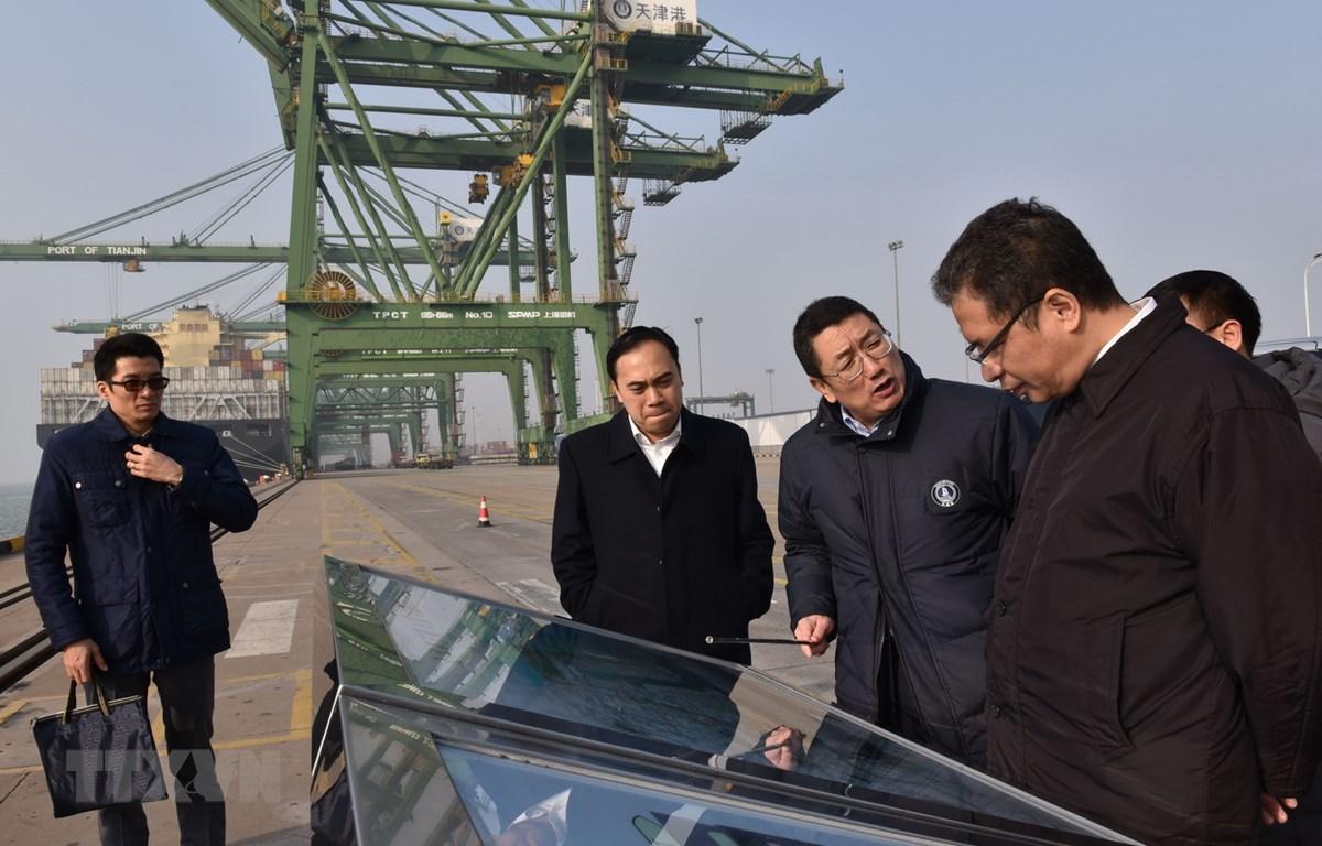 Đại sứ Đặng Minh Khôi thăm cảng Thiên Tân. (Ảnh: Anh Tuấn/TTXVN)