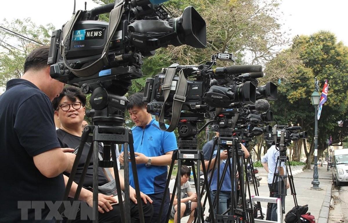 Phóng viên quốc tế có mặt trước cổng Nhà khách Chính Phủ, trên phố Lê Thạch, Hoàn Kiếm, Hà Nội. (Ảnh: Lâm Khánh/TTXVN)