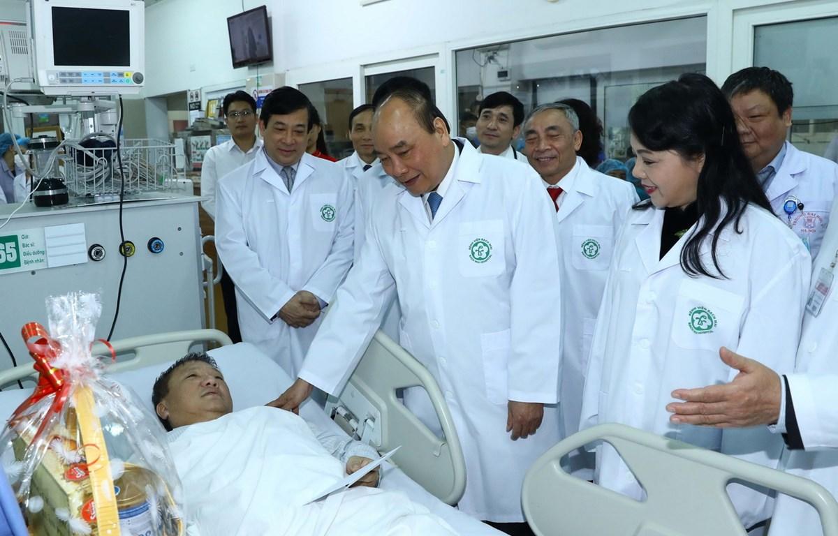 Thủ tướng Nguyễn Xuân Phúc thăm hỏi bệnh nhân tại khoa Cấp cứu (bệnh viện Bạch Mai). (Ảnh: Thống Nhất - TTXVN)