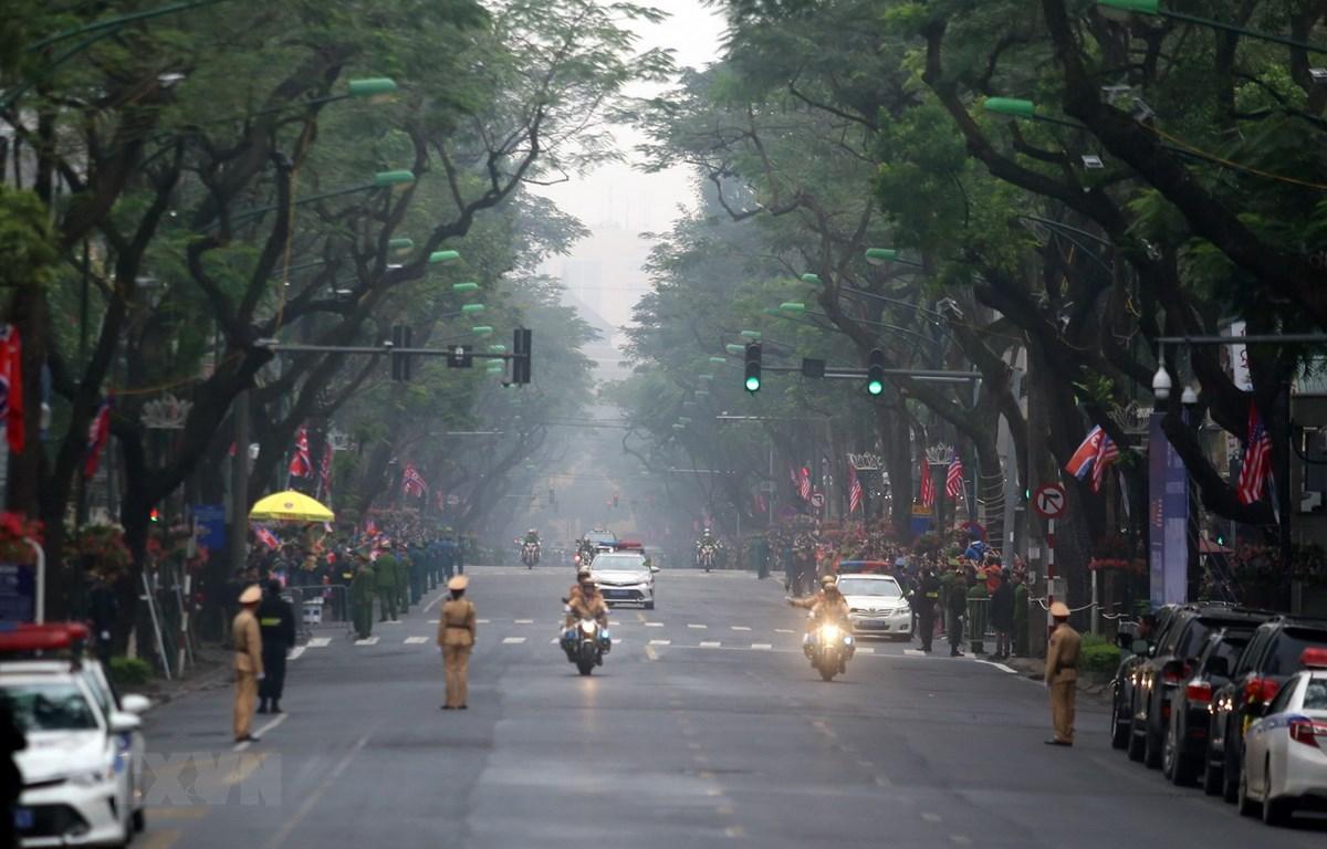 Hình ảnh đoàn xe của Chủ tịch Triều Tiên Kim Jong-un về tới khách sạn Melia. (Ảnh: Huy Hùng/TTXVN)