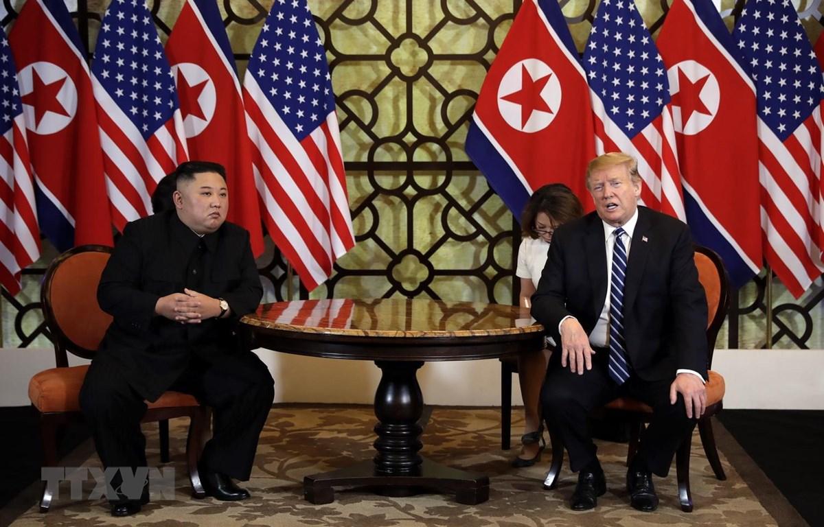 Tổng thống Mỹ Donald Trump (phải) và Chủ tịch Triều Tiên Kim Jong-un trong cuộc gặp riêng tại Hội nghị thượng đỉnh Mỹ-Triều lần hai ở Hà Nội ngày 28/2. (Ảnh: AFP/TTXVN)