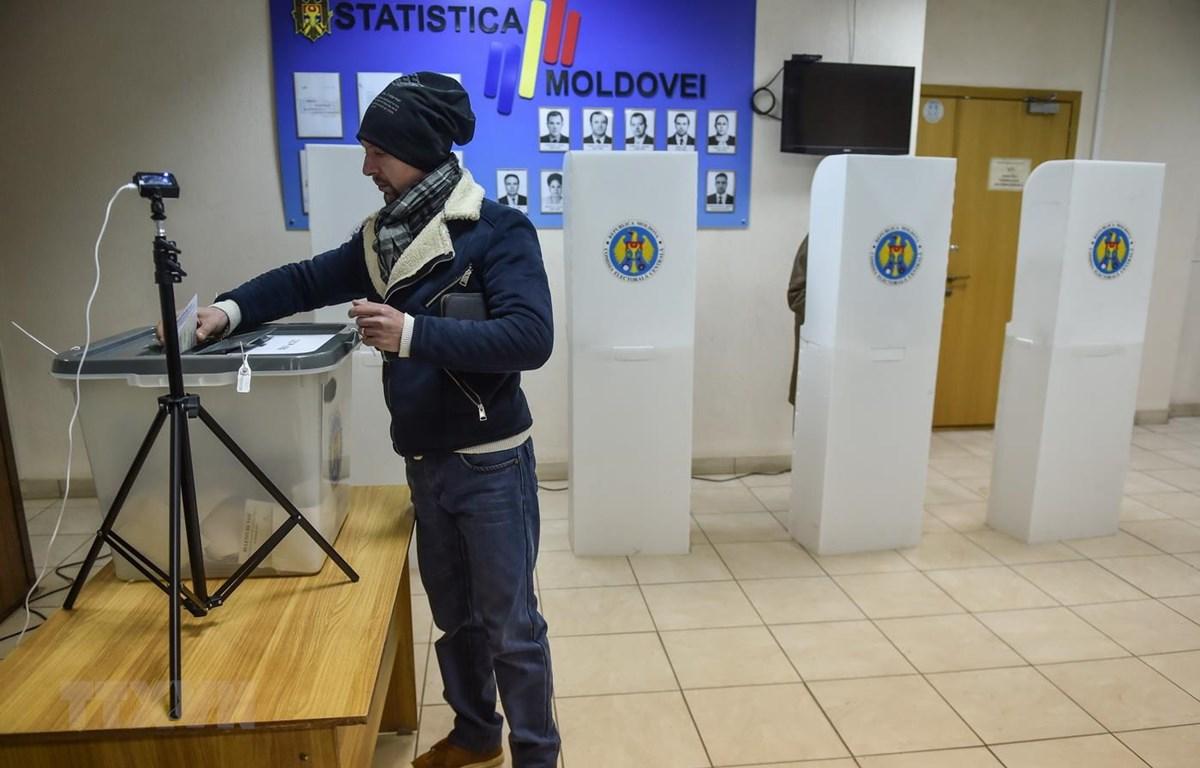 Cử tri Moldova bỏ phiếu tại một địa điểm bầu cử ở Chisinau ngày 24/2. (Ảnh: AFP/TTXVN)