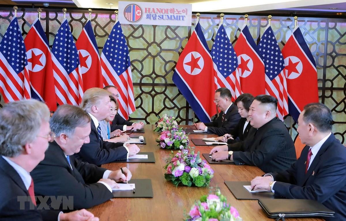 Tổng thống Mỹ Donald Trump (thứ 3, trái) và Chủ tịch Triều Tiên Kim Jong-un trong cuộc gặp tại Hội nghị thượng đỉnh Mỹ-Triều lần hai tại Hà Nội. (Ảnh: AFP/TTXVN)