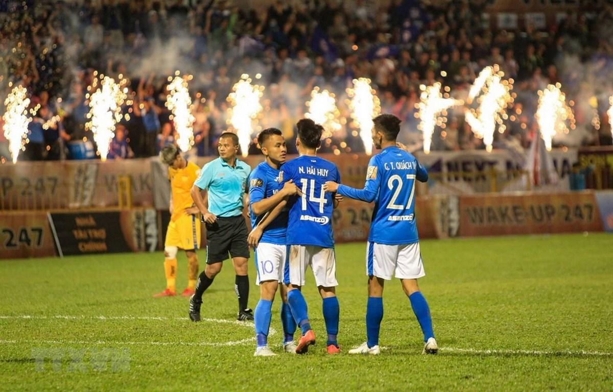 Đồng đội chia vui cùng tiền đạo mang áo số 14 Nguyễn Hải Huy. (Ảnh: Trung Nguyên/TTXVN)
