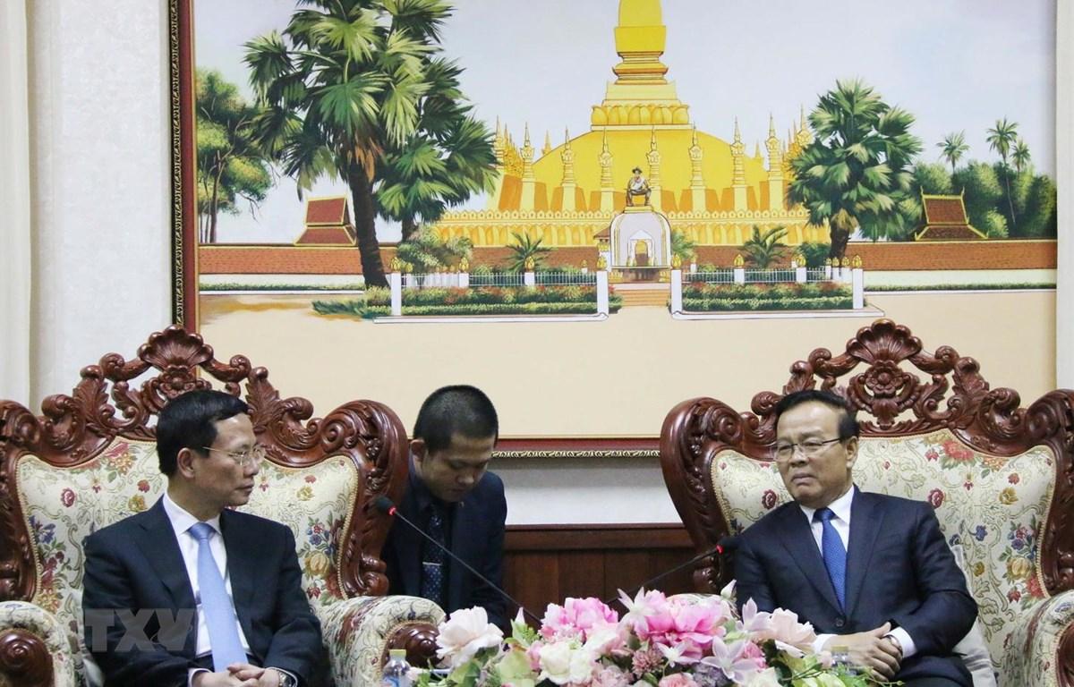 Phó Thủ tướng Lào Somedee Duangdee (phải) tiếp Bộ trưởng Bộ Thông tin và Truyền thông Việt Nam Nguyễn Mạnh Hùng. (Ảnh: Xuân Tú/TTXVN)