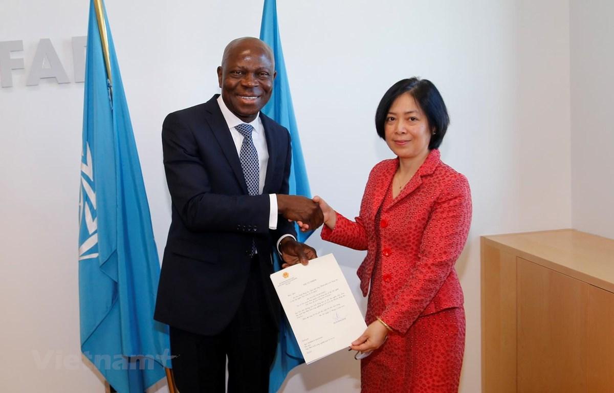 Đại sứ Nguyễn Thị Bích Huệ trình Thư ủy nhiệm đến Chủ tịch IFAD Gilbert Fossoun Houngbo. (Ảnh: Huy Thông/Vietnam+)