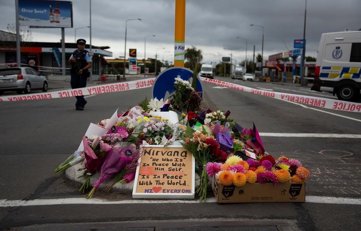 Người dân đặt hoa tưởng niệm các nạn nhân trong vụ xả súng. (Nguồn: The New York Times)
