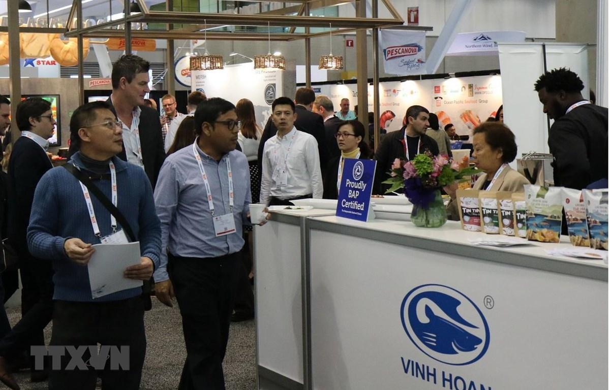 Gian trưng bày của doanh nghiệp Việt Nam thu hút sự chú ý của đối tác nước ngoài. (Ảnh: Hải Vân/TTXVN)