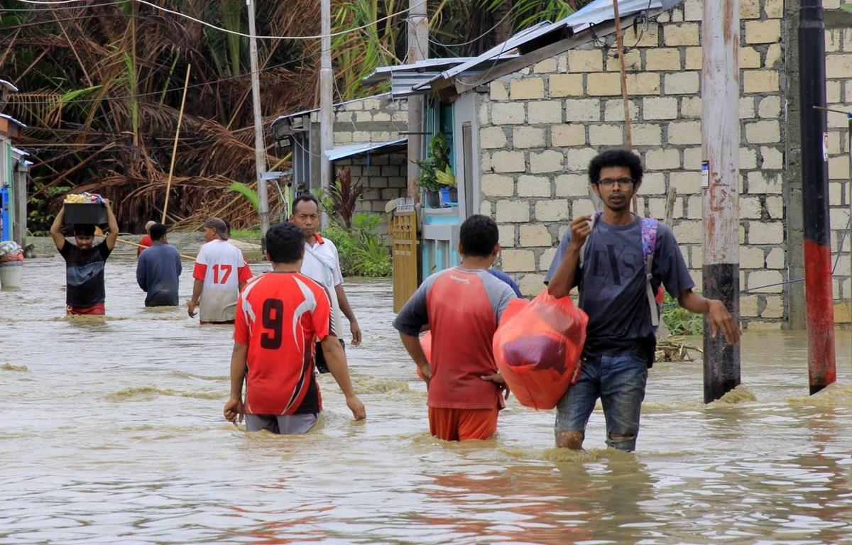 Cảnh ngập lụt tại Sentani, tỉnh Papua, Indonesia, ngày 18/3. (Ảnh: THX/TTXVN)