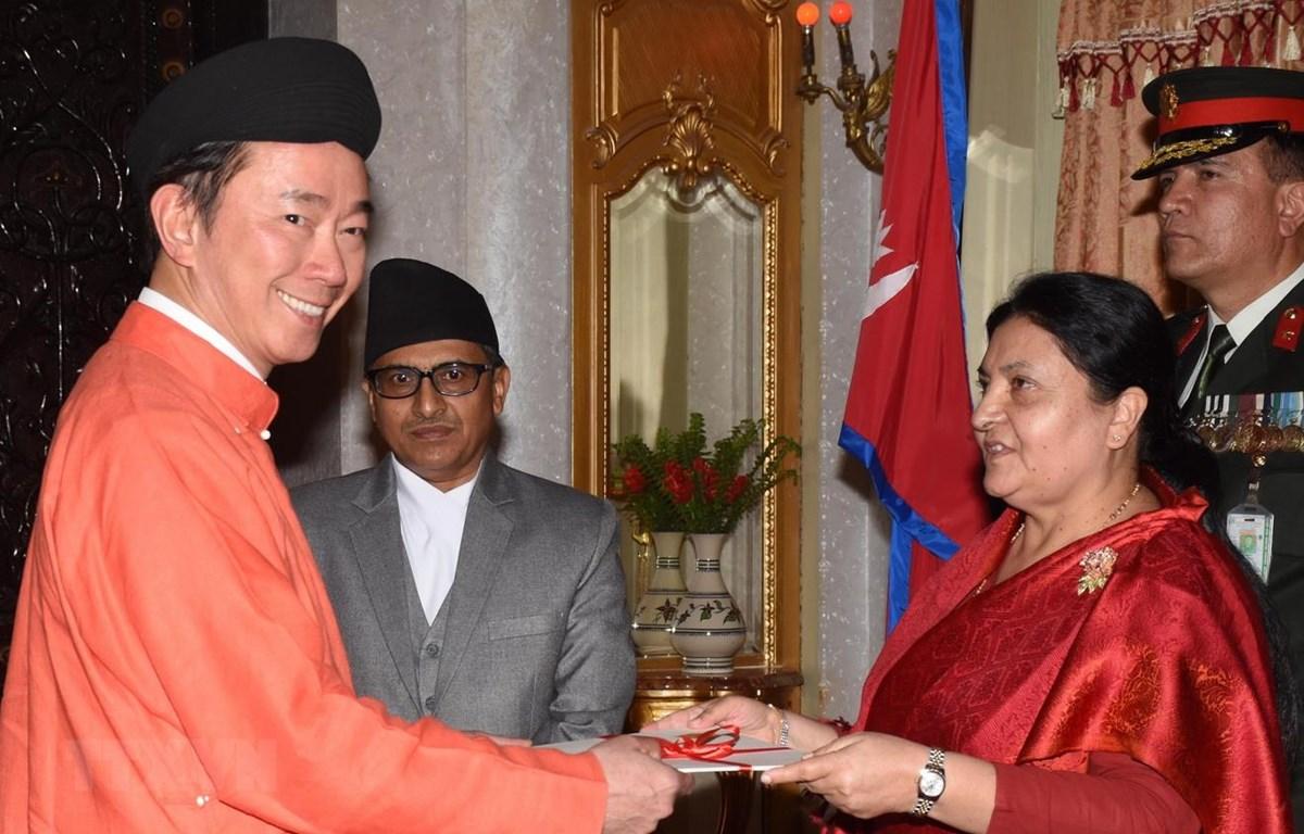Đại sứ Phạm Sanh Châu trình Quốc thư lên Tổng thống Nepal Bidya Devi Bhandari. (Ảnh: Huy Lê/TTXVN)