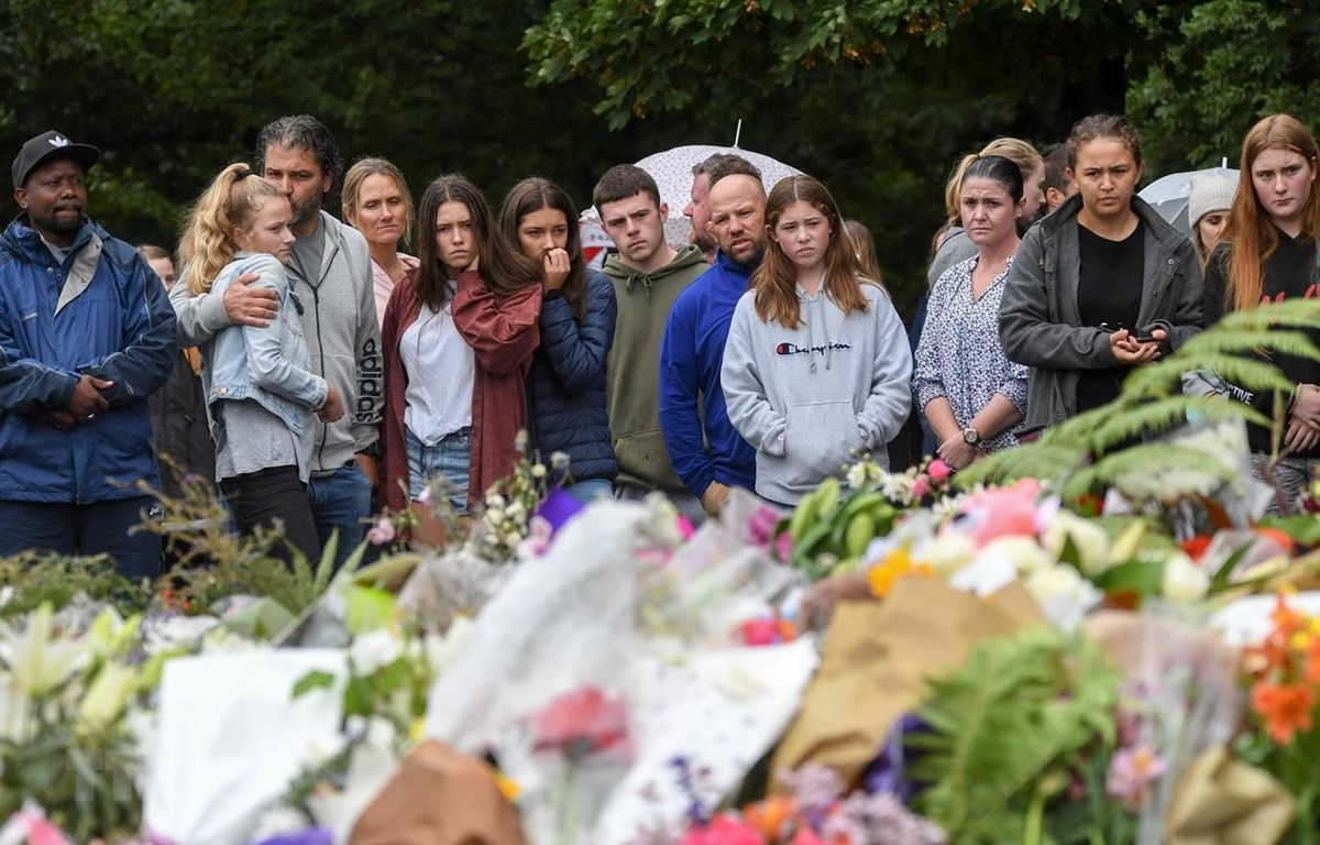 gười dân tưởng niệm các nạn nhân thiệt mạng trong vụ xả súng tại Christchurch, New Zealand. (Ảnh: THX/TTXVN)