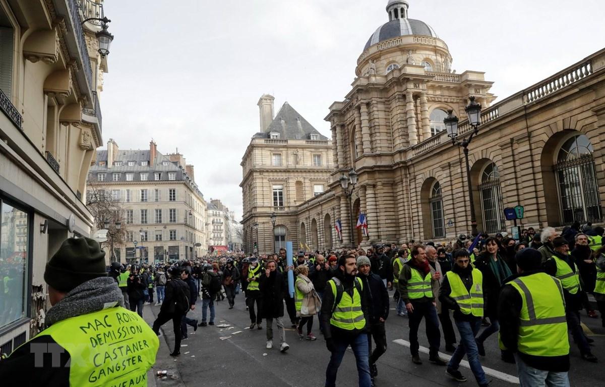 """Người biểu tình """"Áo vàng"""" tập trung tại thủ đô Paris, Pháp. (Ảnh: AFP/TTXVN)"""