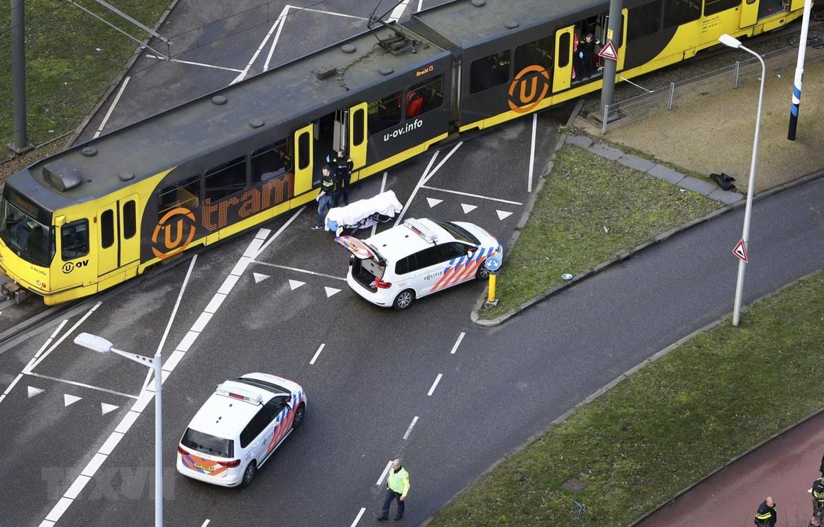 Cảnh sát điều tra tại hiện trường vụ xả súng ở 24 Oktoberplace, Utrecht, Hà Lan, ngày 18/3/2019. (Ảnh: AFP/TTXVN)
