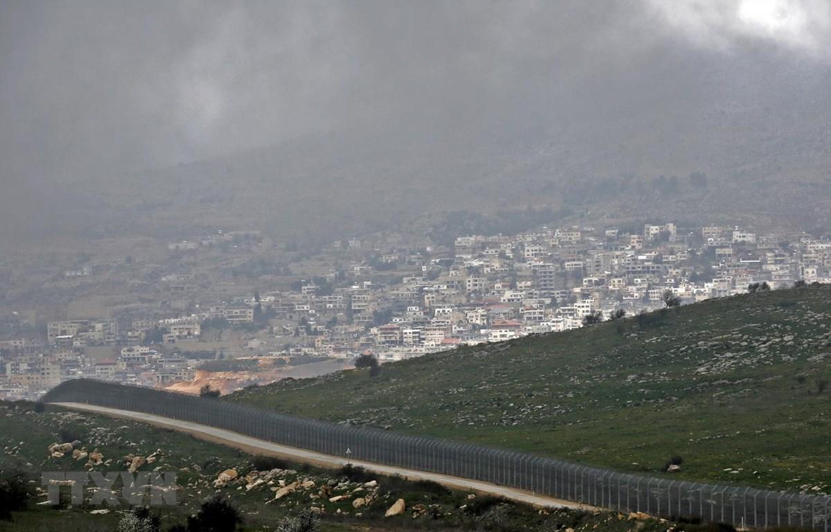 Hàng rào ngăn cách khu vực Cao nguyên Golan do Israel chiếm đóng, gần thị trấn Majdal Shams, với Syria, ngày 25/3/2019. (Ảnh: AFP/ TTXVN)