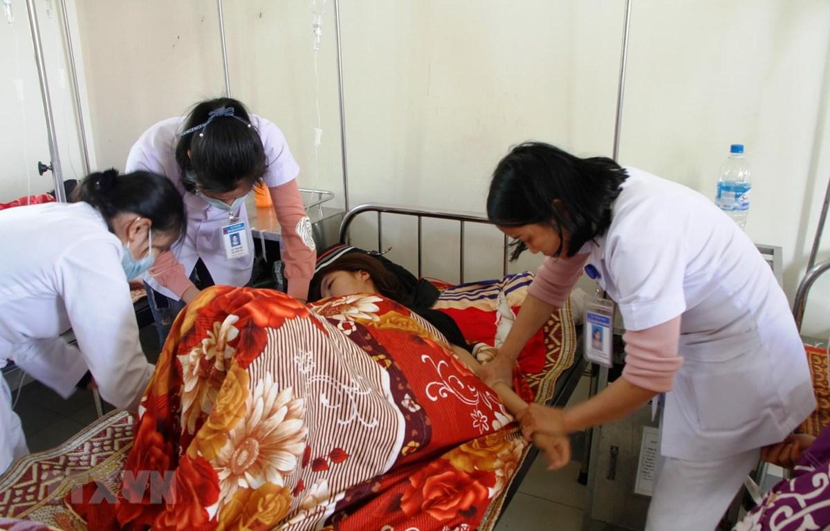 Các bệnh nhân bị ngộ độ đang được điều trị tại Bệnh viên Đa khoa huyện Hương Khê, Hà Tĩnh. (Ảnh: Phan Quân/TTXVN)