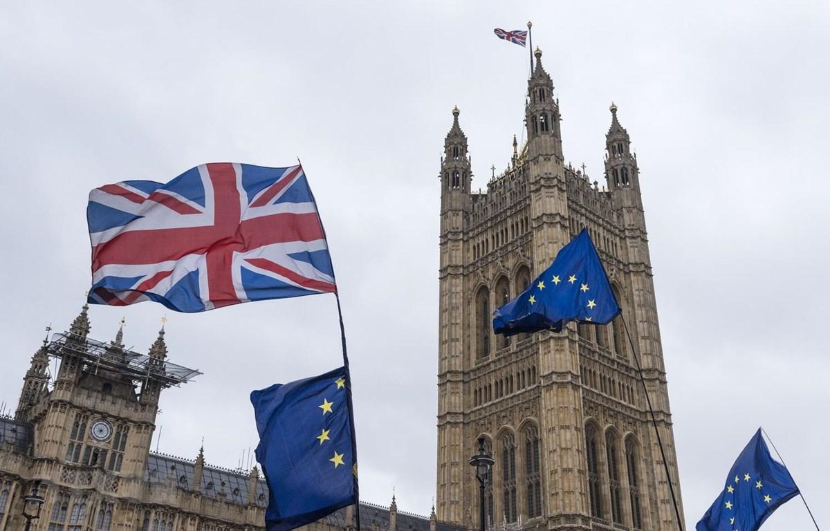 Cờ EU (phải) và quốc kỳ Anh (trái, phía trên) bên ngoài tòa nhà Quốc hội Anh. (Ảnh: THX/TTXVN)