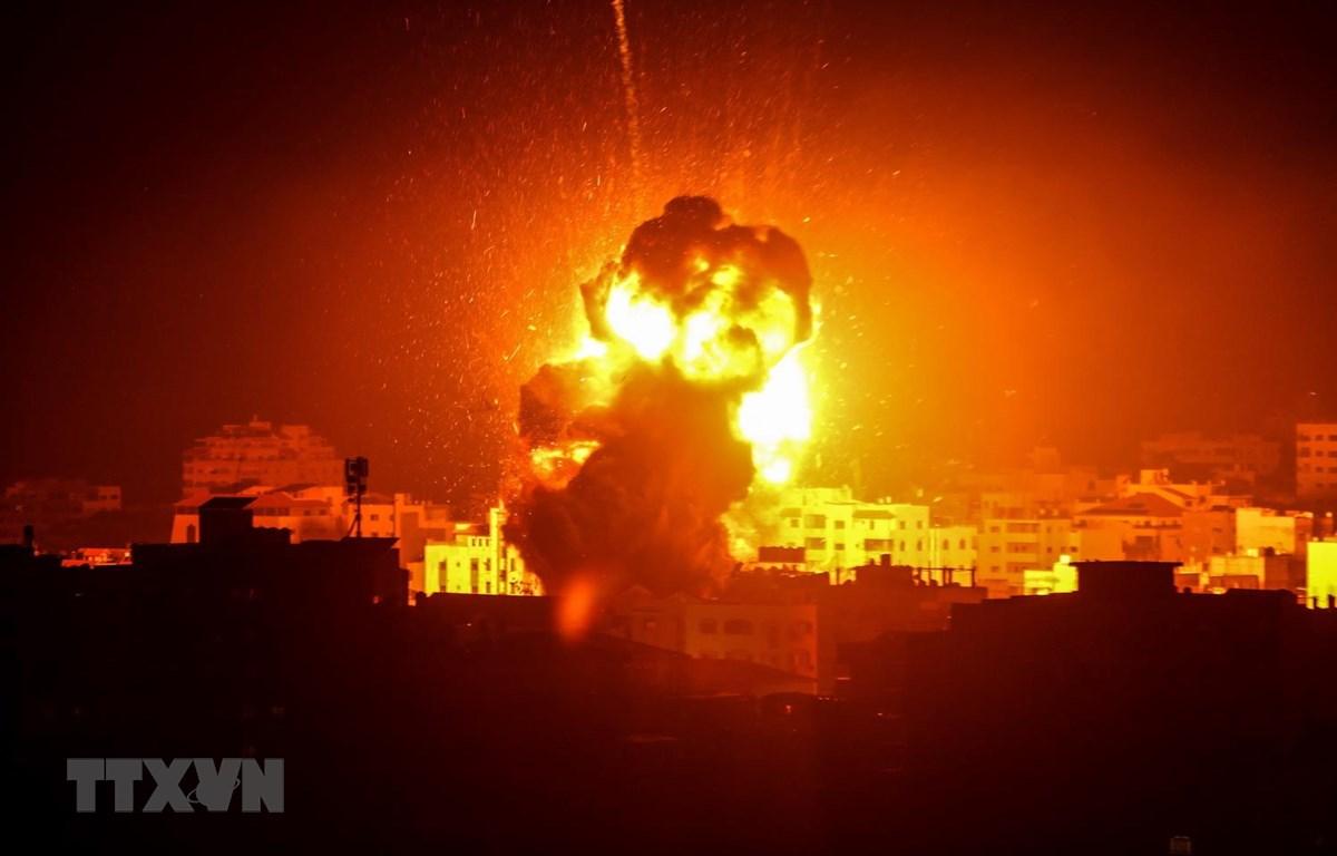 Khói lửa bốc lên sau một cuộc không kích của Israel xuống thành phố Gaza tối 25/3/2019. (Ảnh: THX/ TTXVN)