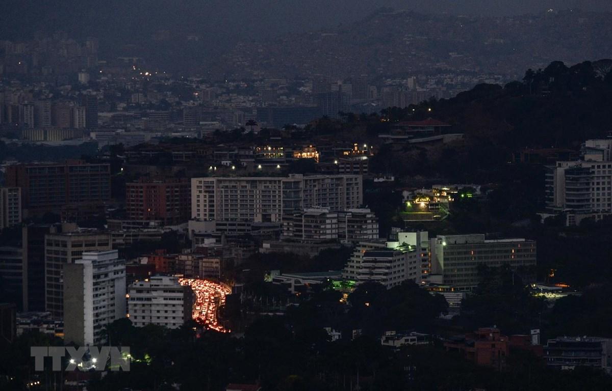 Trong ảnh: Cảnh mất điện tại Caracas, Venezuela, ngày 9/3/2019. (Ảnh: AFP/ TTXVN)