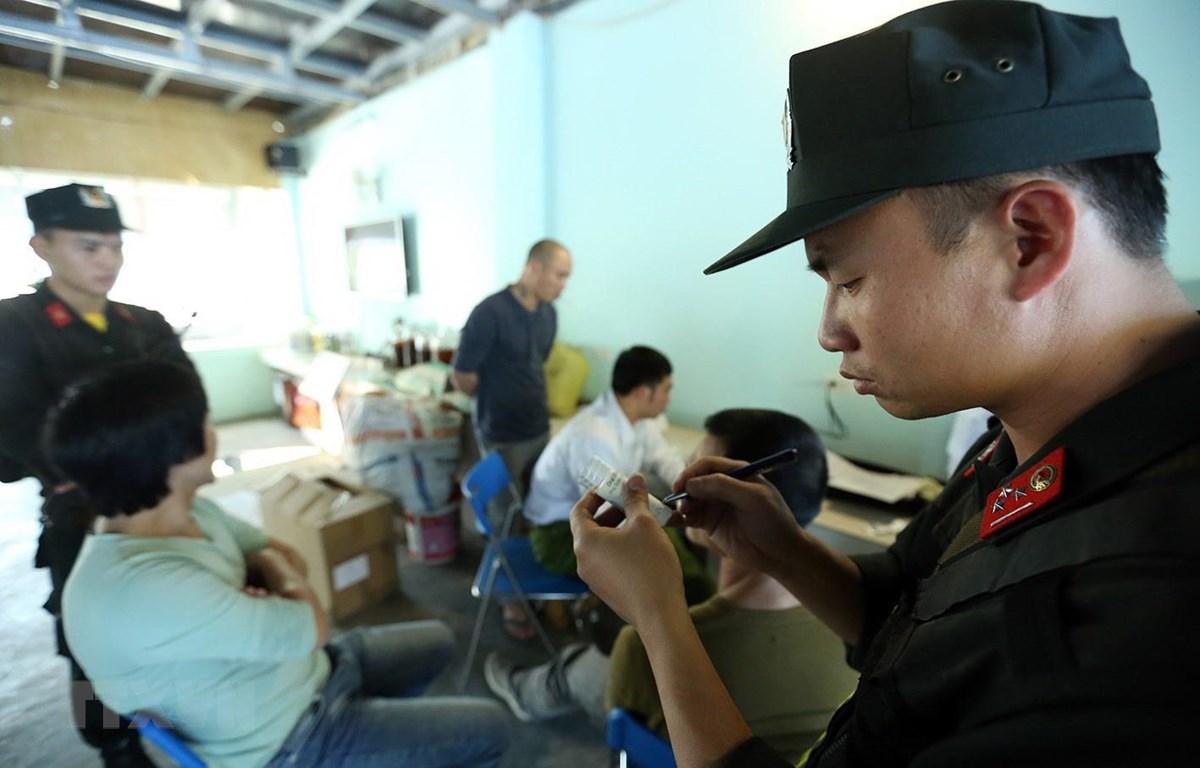 Lực lượng chức năng kiểm tra chất ma túy với lái xe. (Ảnh: Phan Tuấn Anh/TTXVN)