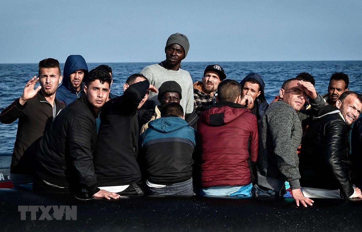 Người di cư chờ được cứu trên biển ngoài khơi Libya, ngày 12/5/2018. (Ảnh: AFP/TTXVN)