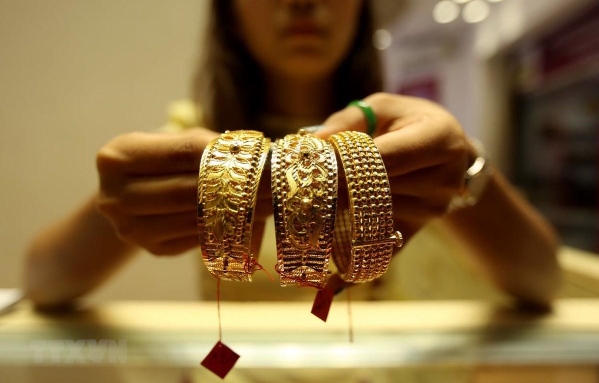 Trưng bày đồ trang sức bằng vàng tại cửa hàng kim hoàn ở Yangon, Myanmar. (Ảnh: THX/TTXVN)