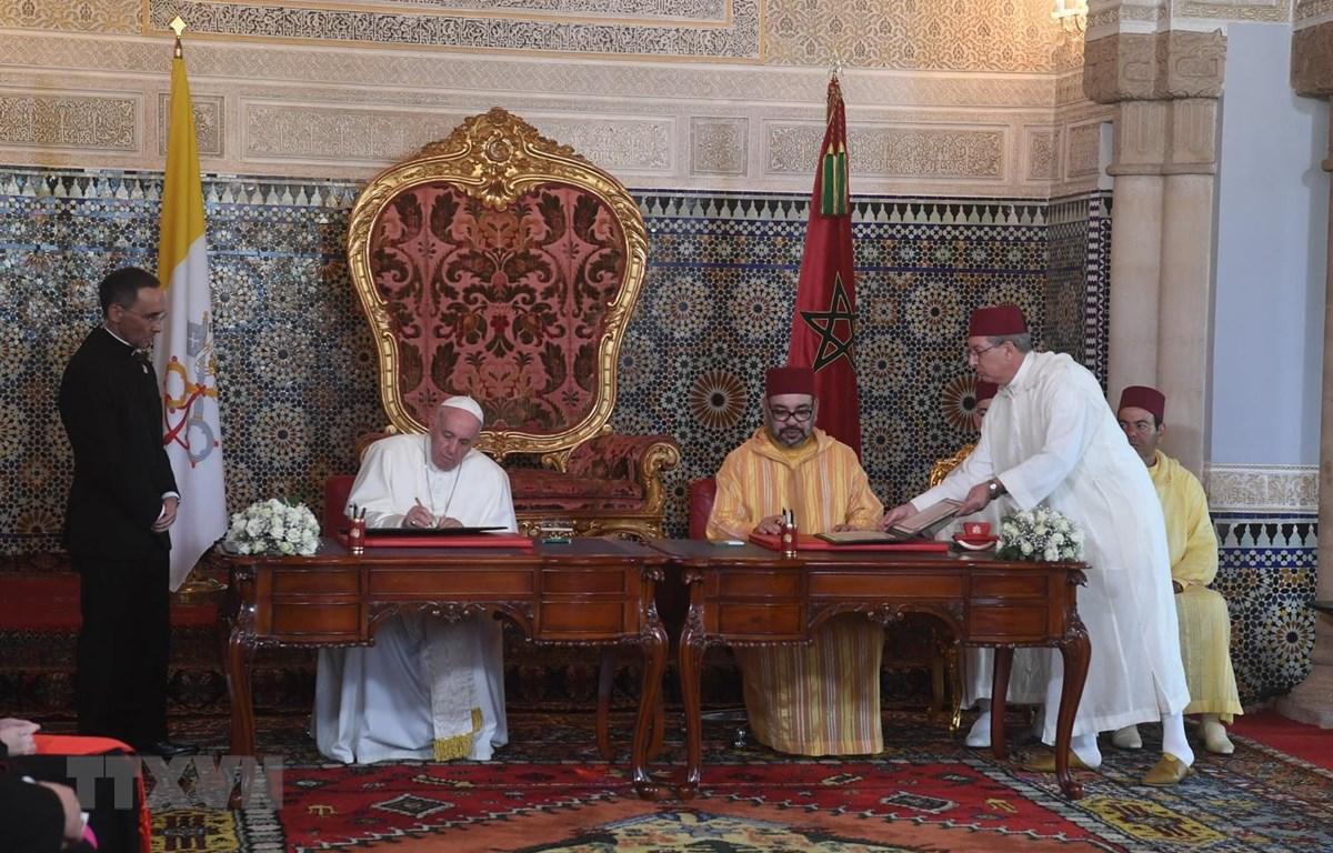 Quốc vương Maroc Mohammed VI và Giáo Hoàng Francis tại lễ ký ở Rabat, Maroc ngày 30/3. (Ảnh: AFP/TTXVN)